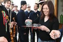 Členové strážnického folklorního souboru Danaj z Hodonínska se oblékli do krojů a vyrazili na pomlázku.
