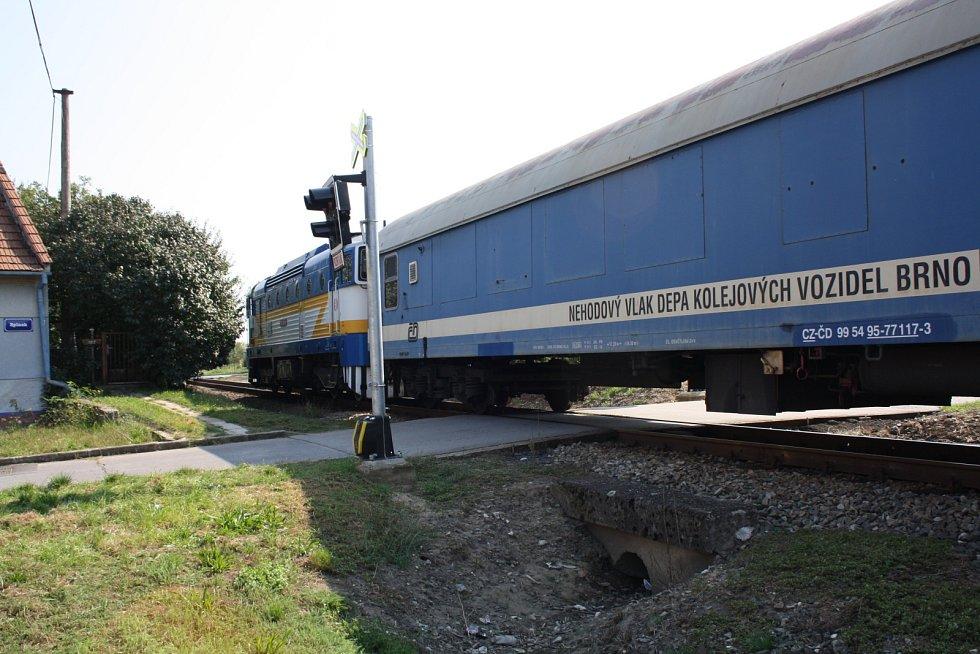 Kolem půl druhé ve středu ráno vykolejil ve Vnorovech i železniční jeřáb, který pomáhal odstraňovat následky úterního vlakového neštěstí.