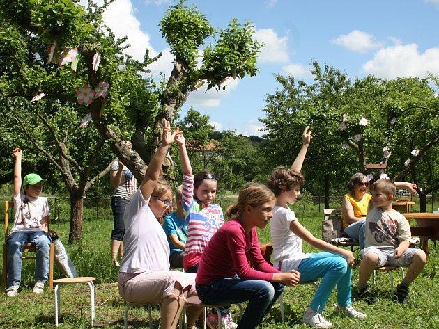 Akci Celé Česko čte dětem zahájila neoficiálně ve středu kyjovská knihovna čtením pod jabloní.