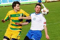 Mutěnický obránce Josef Chromeček (vlevo) se sice proti Polné snažil, ale další porážce stejně nezabránil.