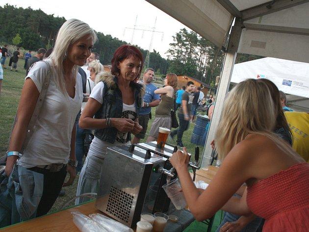 Dvacet značek a dva a půl tisíce litrů piva čekalo na účastníky vacenovického Bierfestu.