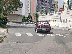 Neznámý řidič ve Fordu Fiesta naboural do zaparkovaného vozidla BMW X5.