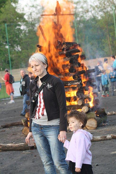 V Hodoníně lákala roku 2014 návštěvníky obří vatra připravená k pálení čarodějnic.
