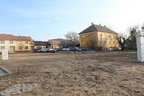 Místo připravené pro stavbu komplexu s dvaceti byty v Ratíškovicích.