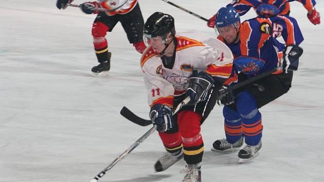 2. liga, východ: SHK Hodonín (v modrém) vs. HC Frýdek-Místek