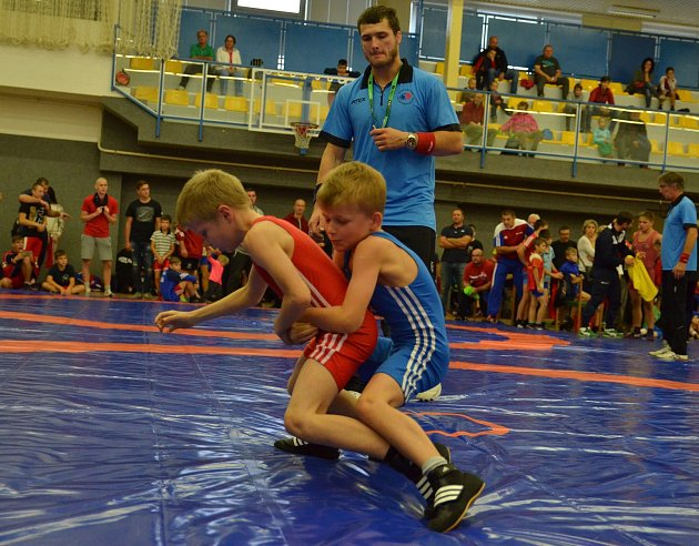 Vítěz turnaje v Srbsku, Roman Žáček (v modrém dresu) se podběhem dostal do zad soupeře, a zvítězil.