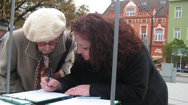 Podepisování petice požadující umožnění návratu Davida a Denise Michalákových do České republiky.
