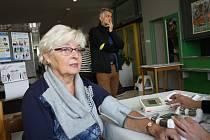 Vestibul hodonínské městské knihovny zaplnili lidé, kteří si chtěli nechat změřit hladinu krevního cukru, případně cholesterol, tlak či podkožní tuk.