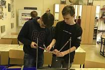 Místo ve třídách se studenti z Hodonína učí na počítači