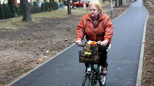 Po nové cyklostezce už jezdí první cyklisté.