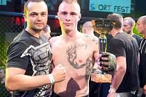 Trenér MMA Hodonín Michal Ivánek (vlevo) pózuje se svým svěřencem Michalem Lamackým, který patří v kategorii do 77 kilogramů mezi nejlepší.