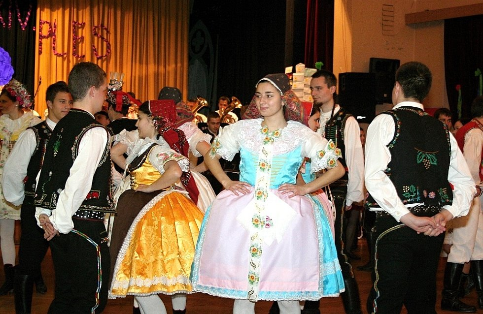 Na tanečním parketu v Hustopečích převládaly v sobotu kroje z hanáckého Slovácka.