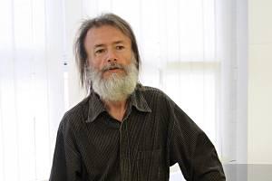 Cestovatel a spisovatel Jiří Sladký při zahájení výstavy v hodonínské městské knihovně Írán, lidé z pouště.
