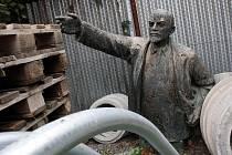 Socha Lenina leží teď ve skladu. Místo ke světlým zítřkům ukazuje směrem k paletám.