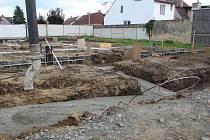 Tvoří betonové základy nového zdravotního střediska v Lužicích.