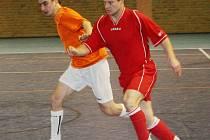 O. Žurovec (v oranžovém) patří k oporám dubňanské defenzívy.