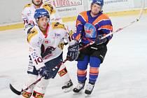 Michal Rapant (v modrém) sice dokázal snížit na 2:3 a jeho spoluhráči vyrovnat, přesto zvítězil lídr soutěže.