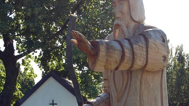 Dřevěný muž vítá poutníky