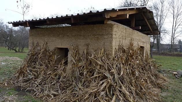 Ve strážnickém skanzenu se bude stavět domek z hlíny. Jeden zkušební už v areálu stojí.