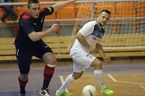 Hodonínské futsalisty čeká derby s Helasem. Na podzim se z výhry radoval brněnský tým. Na snímku Marek Belaník (v modrém) s Ivanem Lackem.