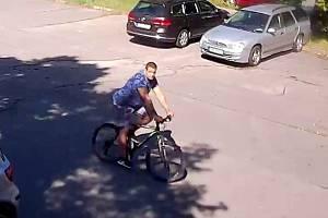 Muž zachycený bezpečnostní kamerou na parkovišti v Hodoníně.