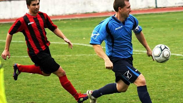 Mladý hodonínský útočník Zdeněk Kuřil (v červeném) v sobotu proháněl kapitána Otrokovic Tomáše Dujku. I když Kuřil neproměnil ve 14. kole divize D penaltu, radoval se z vítězství 2:0 domácí tým.