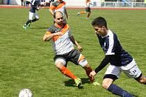 Derby Kyjova s Veselím nad Moravou branky nepřinesl. Hostující záložník Martin Vaďura (v modrém) se snaží přejít přes domácího obránce Tomáše Dulovcze.
