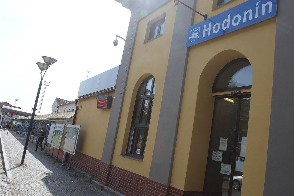 Přístřešek u vlakového nádraží v Hodoníně má být pod dohledem kamery.