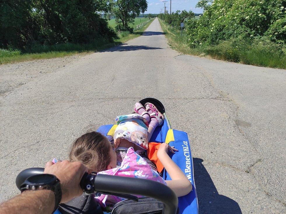 Ultramaratonec a vodič Martin Neumann běhá s dětmi z hodonínského denního stacionáře Vlaštovka Centra pro rodinu a sociální péči.