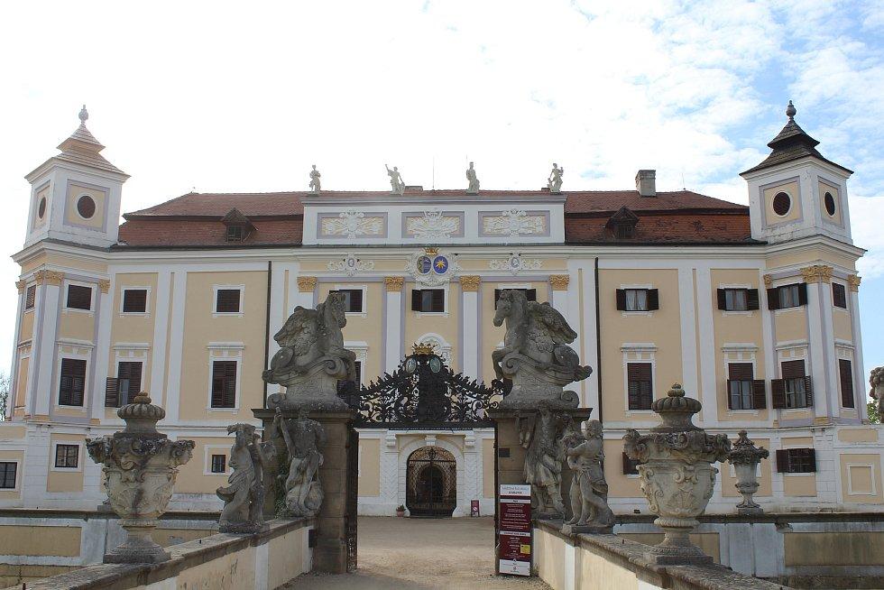 Milotický zámek před příjezdem císařovny Marie Terezie a filmového štábu.