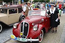 Při dalším ročníku průjezdu veteránů Slováckem byla velká přestávka v Kyjově. Lidé zaplnili náměstí,aby si stará auta prohlédli a vyfotili.