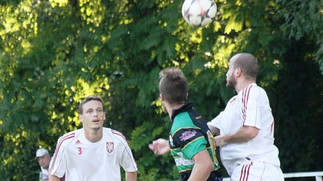 Fotbalisté Bzence (v zelenočerném) doma porazili Lanžhot 4:2 a v tabulce krajského přeboru zůstali na prvním místě.