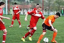 Fotbalisté Čejkovic (v červených dresech) postoupili přes Hrubou Vrbku do finále okresního poháru.