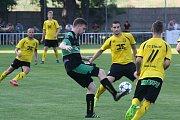 Fotbalisté Bzence (v černých dresech) oplatili Strání vyřazení z předkola MOL Cupu, když ve 4. kole divize D doma zvítězili se stejným soupeřem vysoko 6:0.