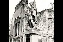 Socha svatého Floriána před ruinou kaple svatého Floriána a Šebestiána ve Bzenci.