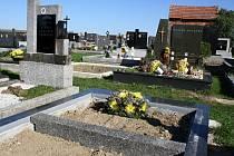 Po návštěvě zloděje zbyl na novém hrobu Jožky Kubíka jen věnec. Tři kusy náhrobní desky z černé žuly jsou pryč.