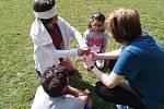 Pracovníci Dětského domova Hodonín připravili pro své svěřence skvělý program! Nechyběly kuželky, ani hod mincí do kbelíku.