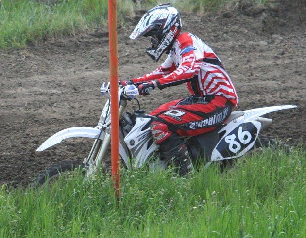 Na karlínské motokrosové trati bojovalo v neděli 110 jezdců.