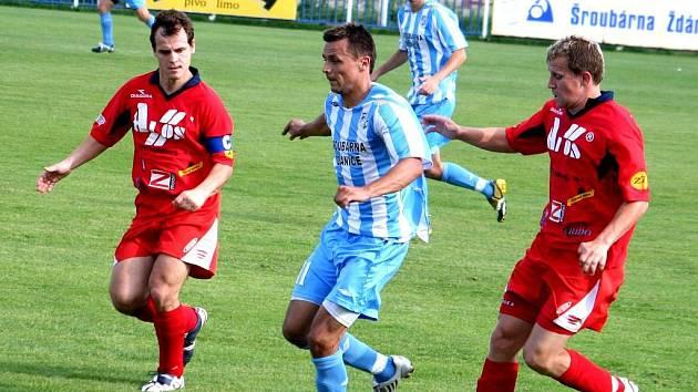 Šardický Milan Válek (v modrobílém).