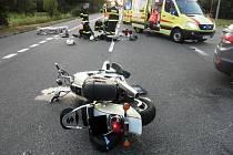 Motorkář zemřel po srážce s autem. Policie podezřívá řidiče z trestného činu.