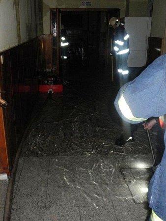 Hasiči ve škole likvidovali přívaly vody.