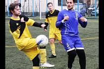 Dres Kyjova v přípravném zápase s Velkou nad Veličkou navlékl i obránce Bzence Robin Valenta (v modrém).