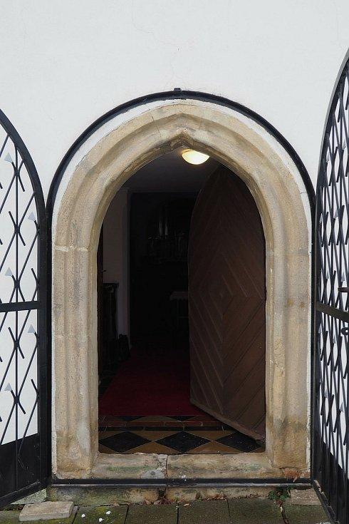 Vstupní portál a dveře kostela Všech svatých v Dobročkovicích na Vyškovsku.