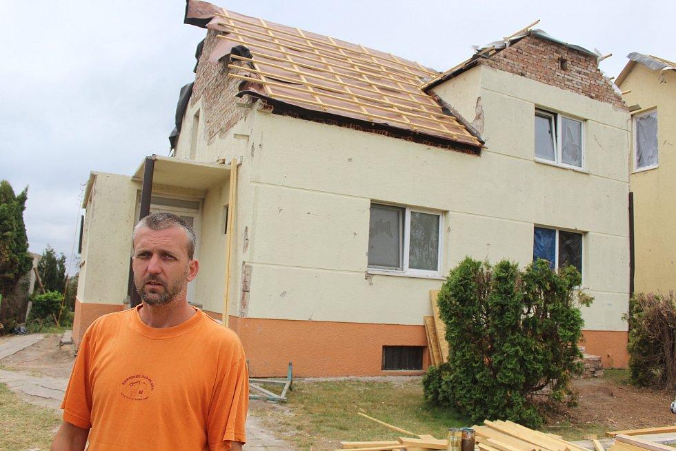 Poškozená část Mikulčic směrem na Moravskou Novou Ves, dva týdny po tornádu. Koordinátor party řemeslníků Libor Baláček.