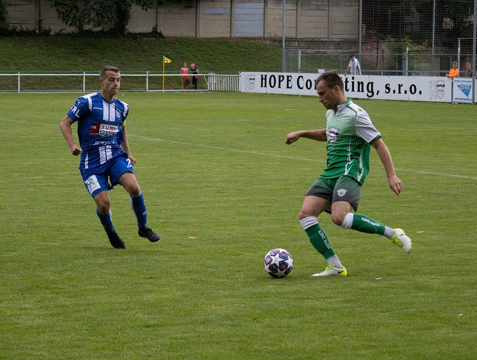Fotbalisté Znojma (v modrém) remizovali v přípravném utkání proti Bzenci 2:2.