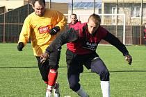 Zkušený středopolař Boršic David Kopčil (ve žlutém) se snaží zastavit unikajícího dubňanského útočníka Pavla Šalšu.