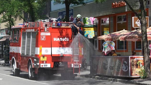 Po Kyjovu a Veselí nad Moravou začali hasiči ve středu kropit vodou také ulice Hodonína. Okresní město mají vlhčit dvakrát denně.