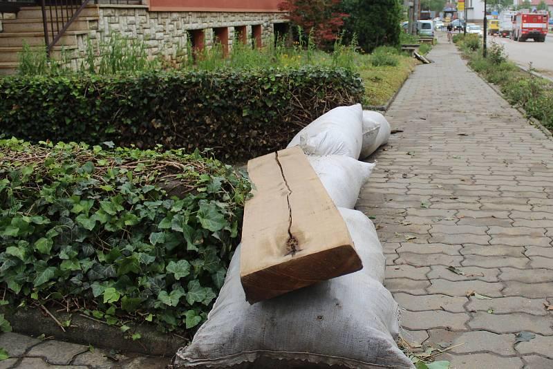 Dolní Bojanovice zasáhla v pondělí v podvečer extrémní bouřka. Její následky místní odstraňují i následující den.