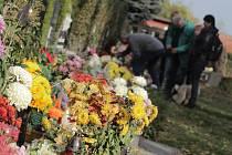 Lidé na hřbitovech vzpomínali na zemřelé. Hřbitovy se rozzářily světlem svíček.