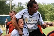 Takhle se na Hodonínsku bojuje o záchranu první A třídy. Útočník Vacenovic Radek Příkazský (v bílém) si v zápase s Rohatcem vyšlápl na spoluhráče Milana Příkazského. Mogul nakonec vyhrál 3:2.